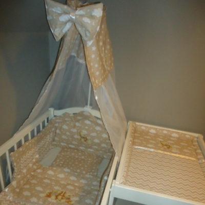 49.  Paplan(72x90) párna(32x35) fejvédo(160x25/35) 6900ft-tól Baldachinfüggöny masnival(140x180 vagy 160x300) 3700ft-tól Anyaga 100% pamut, töltete: 2cm vastag paplan ill. vlies
