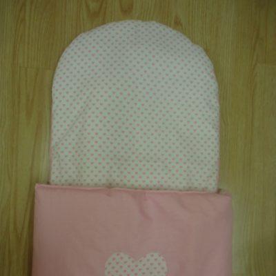 8. Újszülött kortól 74-es méretig használható, 4 cm puha töltettel , két oldalán végig tépőzárral rögzithető a zsák aljához igy nem érintkezik a babával Rendkivül praktikus a téli időszakban , babakocsiba akár lábzsákként is használható. 4000 ft-tól