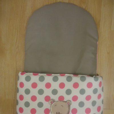 3. Újszülött kortól 74-es méretig használható, 4 cm puha töltettel , két oldalán végig tépőzárral rögzithető a zsák aljához igy nem érintkezik a babával Rendkivül praktikus a téli időszakban , babakocsiba akár lábzsákként is használható. 4000 ft-tól