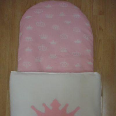 2. Újszülött kortól 74-es méretig használható, 4 cm puha töltettel , két oldalán végig tépőzárral rögzithető a zsák aljához igy nem érintkezik a babával Rendkivül praktikus a téli időszakban , babakocsiba akár lábzsákként is használható. 4000 ft-tól