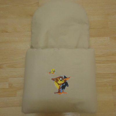 15. Újszülött kortól 74-es méretig használható, 4 cm puha töltettel , két oldalán végig tépőzárral rögzithető a zsák aljához igy nem érintkezik a babával Rendkivül praktikus a téli időszakban , babakocsiba akár lábzsákként is használható. 4000 ft-tól