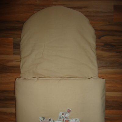 17. Újszülött kortól 74-es méretig használható, 4 cm puha töltettel , két oldalán végig tépőzárral rögzithető a zsák aljához igy nem érintkezik a babával Rendkivül praktikus a téli időszakban , babakocsiba akár lábzsákként is használható. 4000 ft-tól